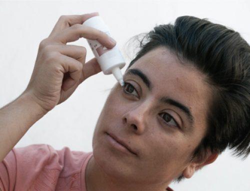 Un sencillo truco para ponerse gotas en los ojos fácilmente